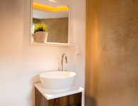 Prywatny jasny pokój dla 2 osób z podwójnym lub dwoma pojedynczymi łóżkami i umywalką. Rozmiar 11 m2, Łazienka wpólna