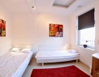 Prywatny jasny pokój dla 2 osób z podwójnym i pojedynczym łóżkiem, telewizją kablową i umywalką. Rozmiar 10 m2, Łazienka wpólna