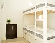Prywatny ekonomiczny pokój dla 2 osób z łóżkiem piętrowym oraz klimatyzacją. Pokój bez okna, światło dzienne wpada przez świetlik. Rozmiar 7 m2. Łazienka wpólna